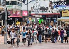 Niezidentyfikowani ludzie blisko czasu kwadrata centrum handlowego Zdjęcie Royalty Free