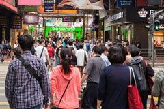 Niezidentyfikowani ludzie blisko czasu kwadrata centrum handlowego Obraz Royalty Free