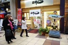 Niezidentyfikowani ludzie chodzą przepustkę suszi sklep w Dotonbori, Osaka Obraz Stock