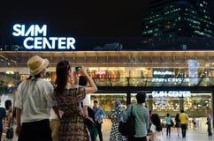 Niezidentyfikowani ludzie chodzą przy Siam centrum zakupy centrum handlowym Zdjęcia Stock