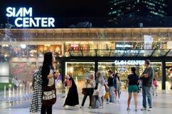 Niezidentyfikowani ludzie chodzą przy Siam centrum zakupy centrum handlowym Obrazy Royalty Free