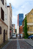 Niezidentyfikowani ludzie chodzą puszek na ulicie Stary miasteczko, Klaipeda Fotografia Stock