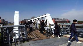 Niezidentyfikowani ludzie chodzi na moście Minatomirai w Yokohama, Japonia zbiory