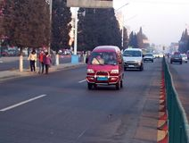 Niezidentyfikowani ludzie chodzi obok ruchu drogowego w wczesnego poranku smogu fotografia royalty free