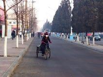 Niezidentyfikowani ludzie jedzie rowery i odprowadzenie obok ruchu drogowego w wczesnego poranku smogu zdjęcie royalty free