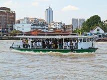 Niezidentyfikowani ludzie krzyżują Chao Phraya rzekę ferryboat w Bangkok, Tajlandia obrazy stock