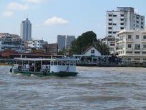 Niezidentyfikowani ludzie krzyżują Chao Phraya rzekę ferryboat w Bangkok, Tajlandia zdjęcie royalty free