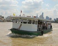 Niezidentyfikowani ludzie krzyżują Chao Phraya rzekę ferryboat w Bangkok, Tajlandia zdjęcia stock