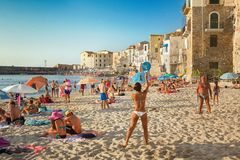 Niezidentyfikowani ludzie na piaskowatej plaży w Cefalu, Sicily, Włochy Obrazy Stock