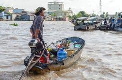 Niezidentyfikowani ludzie na spławowym rynku w Mekong rzeki delcie obraz royalty free