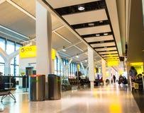 Niezidentyfikowani ludzie przy jeden sala główny Terminal Heathrow lotnisko budynku królestwa London stary wierza zlany Victoria zdjęcia royalty free