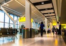 Niezidentyfikowani ludzie przy jeden sala główny Terminal Heathrow lotnisko budynku królestwa London stary wierza zlany Victoria obrazy stock