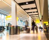 Niezidentyfikowani ludzie przy jeden sala główny Terminal Heathrow lotnisko budynku królestwa London stary wierza zlany Victoria zdjęcie royalty free