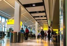Niezidentyfikowani ludzie przy jeden sala główny Terminal Heathrow lotnisko budynku królestwa London stary wierza zlany Victoria obraz stock