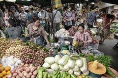 Niezidentyfikowani ludzie przy rynkiem w Phnom Penh Fotografia Stock