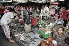 Niezidentyfikowani ludzie przy rynkiem w Phnom Penh Zdjęcia Royalty Free
