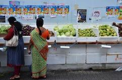 Niezidentyfikowani ludzie robią zakupy przy sklepu spożywczego sklepem w Małym India, Śpiewają Obraz Royalty Free