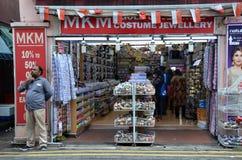 Niezidentyfikowani ludzie robią zakupy przy sklepu spożywczego sklepem w Małym India, Śpiewają Obraz Stock