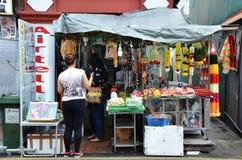 Niezidentyfikowani ludzie robią zakupy przy sklepu spożywczego sklepem w Małym India, Śpiewają Zdjęcie Stock
