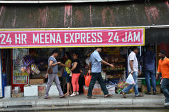 Niezidentyfikowani ludzie robią zakupy przy sklepu spożywczego sklepem w Małym India, Śpiewają Zdjęcie Royalty Free