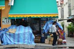 Niezidentyfikowani ludzie robią zakupy przy sklepu spożywczego sklepem w Małym India, Śpiewają Obrazy Stock