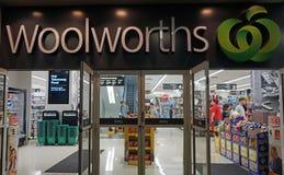 Niezidentyfikowani ludzie robią zakupy przy Woolworths supermarketem w Sydney Zdjęcie Stock