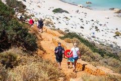 Niezidentyfikowani ludzie są nadchodzącym puszkiem plaża w Balos lagunie na Crete, Grecja Obraz Royalty Free