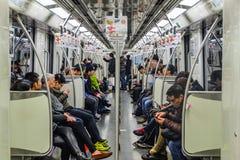 Niezidentyfikowani ludzie używają Szanghaj metro dla transportu zdjęcie stock