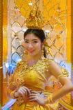 Niezidentyfikowani ludzie ubierają up złotego cienia Tajlandzkiego tradycyjnego kostium Zdjęcia Stock