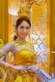 Niezidentyfikowani ludzie ubierają up złotego cienia Tajlandzkiego tradycyjnego kostium Zdjęcie Royalty Free