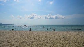 Niezidentyfikowani ludzie wizyty Sai Kaew pla?y przy Rayong, Tajlandia zbiory wideo