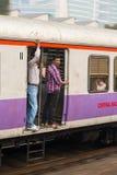 Niezidentyfikowani mężczyzna podróżuje przez Podmiejskiego pociągu w Mumbai, India Zdjęcie Royalty Free