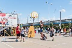 Niezidentyfikowani młodzi ludzie sztuki w streetball Zdjęcie Stock