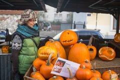 Niezidentyfikowani mieszczuchy i sceneria dla świętować Halloween Zdjęcie Royalty Free