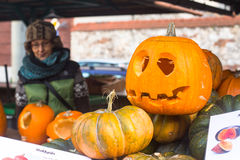 Niezidentyfikowani mieszczuchy i sceneria dla świętować Halloween w Krakow Fotografia Royalty Free