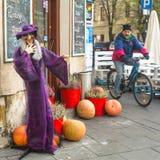 Niezidentyfikowani mieszczuchy i sceneria dla świętować Halloween w Krakow Obrazy Royalty Free