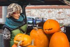 Niezidentyfikowani mieszczuchy i sceneria dla świętować Halloween w Krakow Zdjęcia Royalty Free
