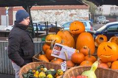 Niezidentyfikowani mieszczuchy i sceneria dla świętować Halloween w Krakow Fotografia Stock
