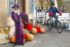 Niezidentyfikowani mieszczuchy i sceneria dla świętować Halloween w Krakow Obraz Stock