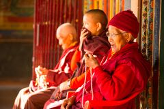 Niezidentyfikowani mnisi buddyjscy zbliżają stupę Boudhanath Stupa jest jeden wielki w świacie Fotografia Royalty Free