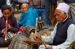 Niezidentyfikowani muzycy wykonuje muzyka na żywo w Bhaktapur, Nepal Zdjęcie Stock
