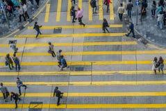 Niezidentyfikowani pedestrians na zebry ulicy skrzyżowaniu Fotografia Stock