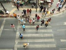 Niezidentyfikowani pedestrians przy szczura Prasong skrzyżowaniem Obrazy Royalty Free
