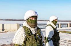 Niezidentyfikowani Rosyjscy żołnierze w nowożytnej militarnej zimie mundurują obrazy stock