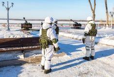 Niezidentyfikowani Rosyjscy żołnierze w nowożytnej militarnej zimie mundurują fotografia stock