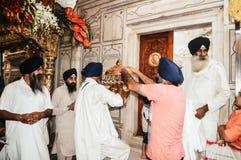 Niezidentyfikowani sikhijscy ludzie dekoruje idola z ornamentami i kwiatem dla finału uzupełniają przed Puja obraz stock