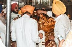 Niezidentyfikowani sikhijscy ludzie dekoruje idola z ornamentami i kwiatem dla finału uzupełniają przed Puja fotografia stock