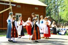 Niezidentyfikowani tancerze w folkloru zespole zdjęcia stock