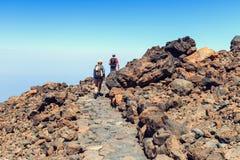 Niezidentyfikowani turyści chodzą na wierzchołku El Teide wulkan Fotografia Stock