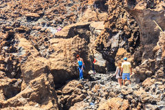 Niezidentyfikowani turyści chodzą na wierzchołku El Teide wulkan Zdjęcie Royalty Free